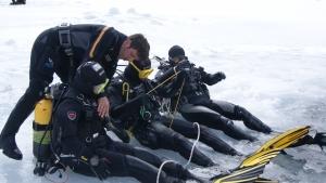 Antes-de-iniciar-el-buceo-bajo-hielo-revisión-general