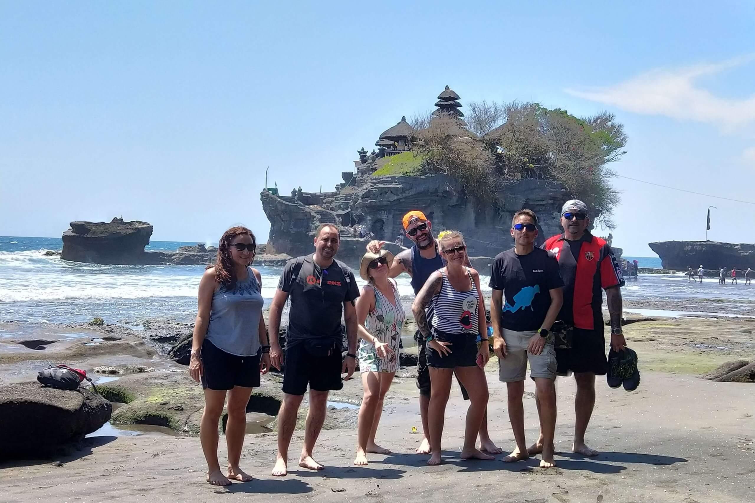 Buceadores-disfrutando-de-las-playas-de-Bali