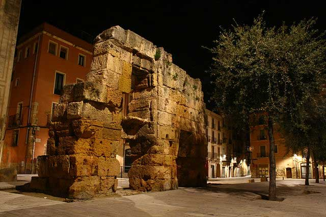 Puerta-de-la-Plaza-del-Forum