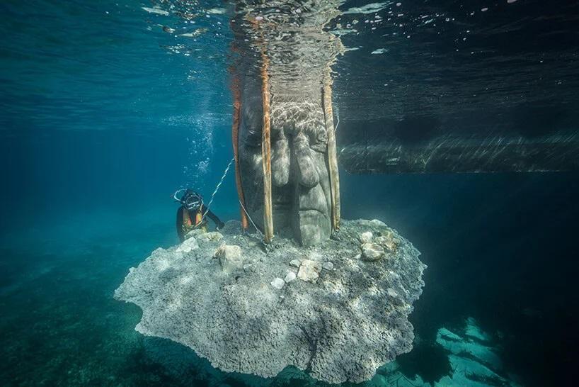 Ajustando-escultura-submarina