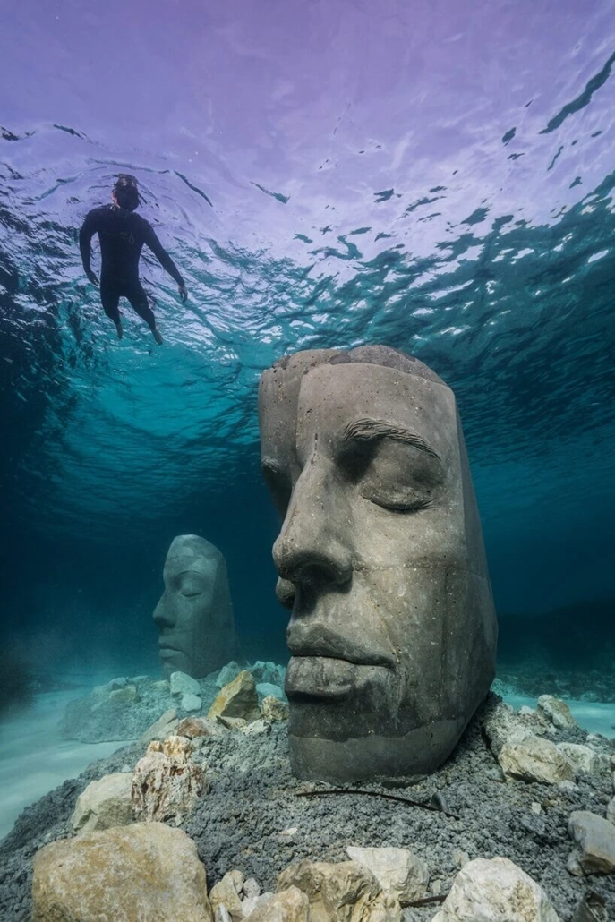 Esnórquel-junto-a-una-escultura-submarina