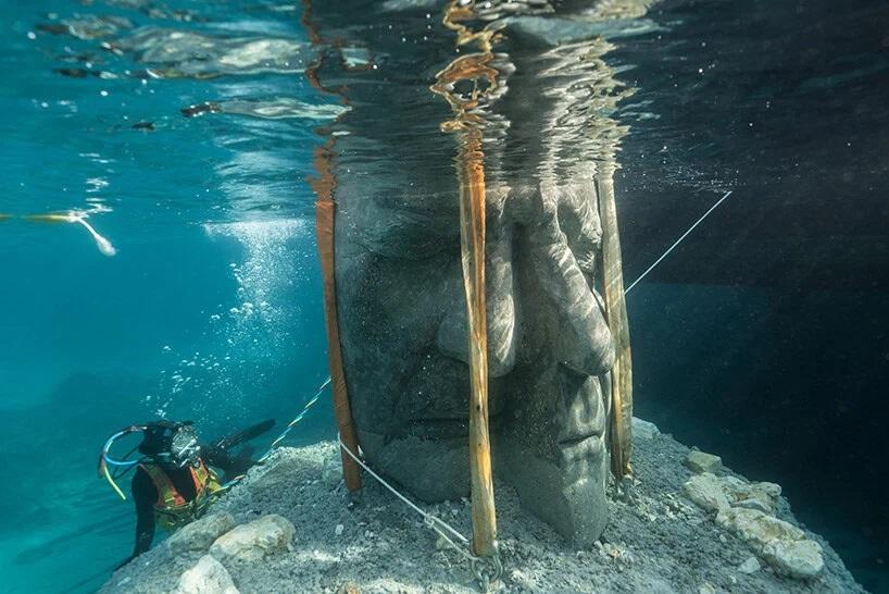 Re-ajustando-escultura-submarina