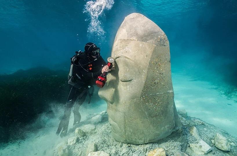 Lijando-una-escultura-submarina