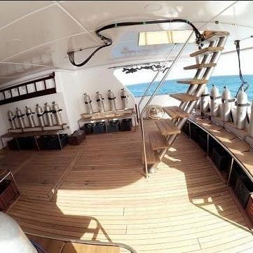 Barco-Mar-Rojo-escaleras-y-botellas