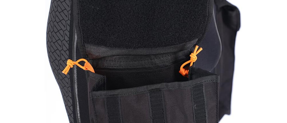 Detalle-bolsillos-pantalones-de-buceo-Apeks